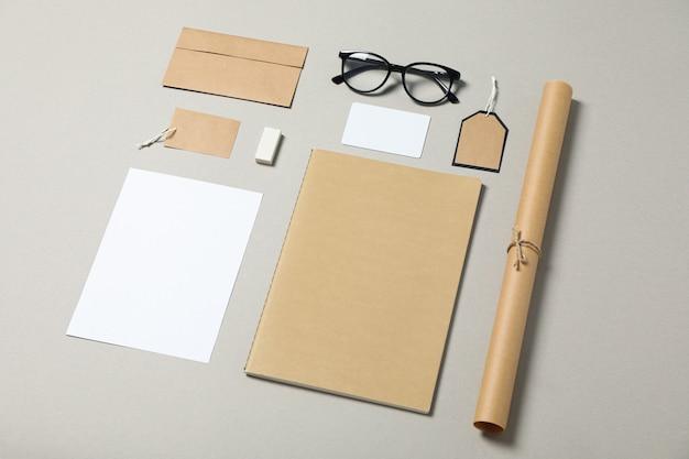 Firmenbriefpapier und gläser auf grauem hintergrund