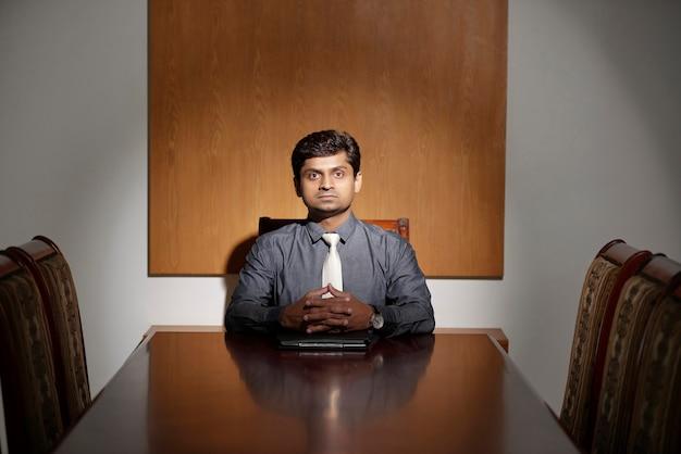 Firmenchef in einem büro