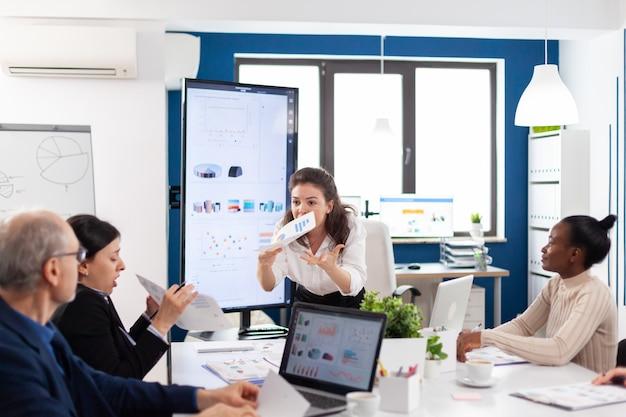 Firmenchef schreit leitenden mitarbeiter während des meetings an