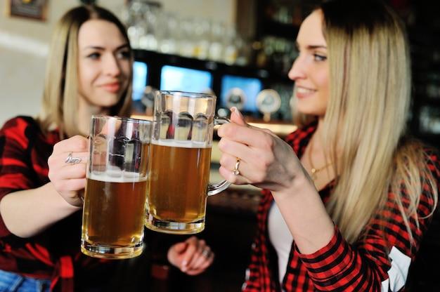Firmenfreunde trinken bier und lächeln