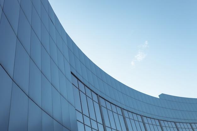 Firmengebäude auf dem blauen himmelhintergrund mit lokalisiertem platz für text