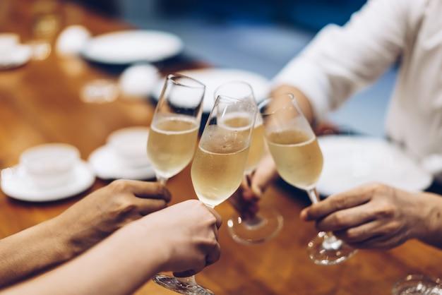 Firmenparty prickelnde champagnergläser
