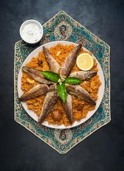 Fisch biryani. saudi-arabischer fisch kabsa.