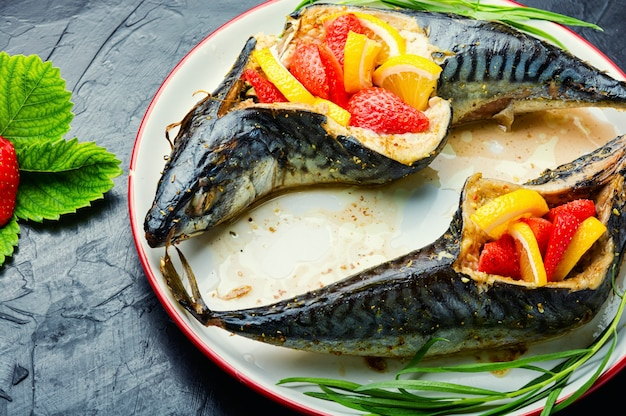 Fisch gebacken mit beeren und zitrone.sommerfischgericht, gebackene makrele. gegrillter makrelenfisch