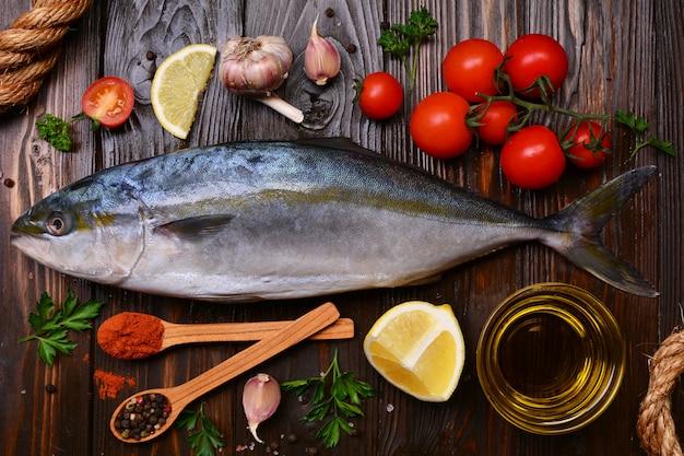 Fisch gelbschwanz (japanischer amberjack) stücke und gemüse