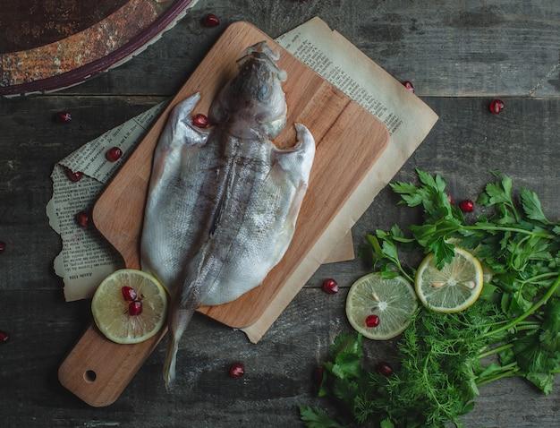 Fisch gereinigt und mit zitrone kochfertig gelegt