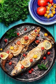 Fisch in stilvoller pfanne gebacken