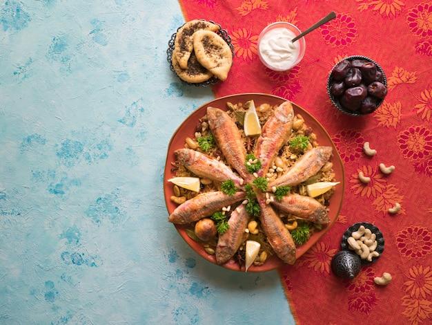 Fisch kabsa - gemischte reisgerichte mit ursprung im jemen. essen aus dem nahen osten.