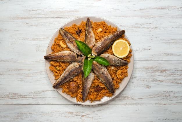 Fisch kabsa - gemischte reisgerichte mit ursprung im jemen. nahöstliches essen.