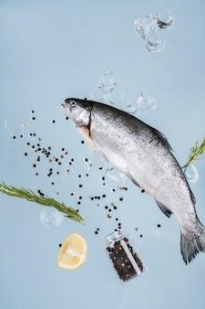 Fisch mit gewürzen und eiswürfeln