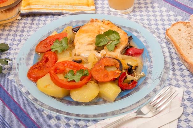 Fisch mit kartoffeln und tomaten