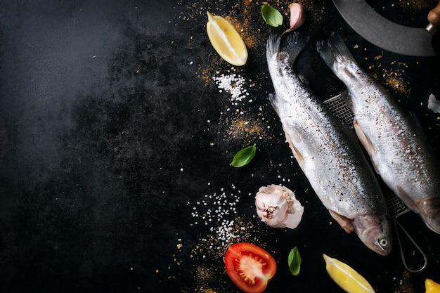 Fisch mit tomaten und zitronen