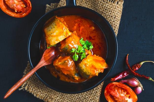 Fisch mit tomatensauce