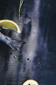 Fisch mit zitrone auf rustikalem brett