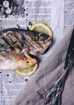Fisch mit zitrone auf zeitung