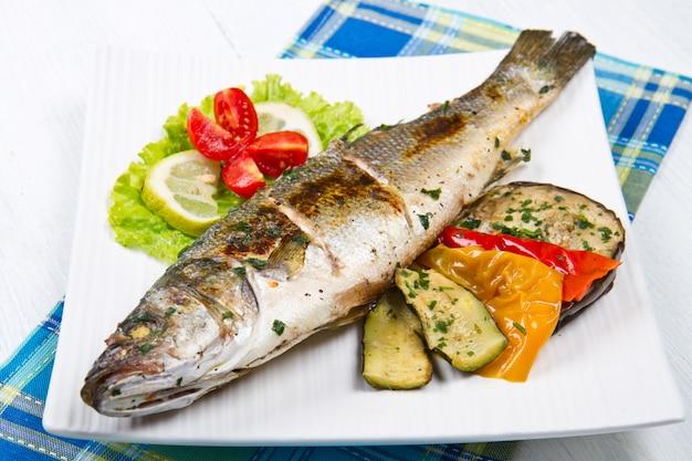 Fisch, mit zitrone gegrillter wolfsbarsch und gegrilltes gemüse