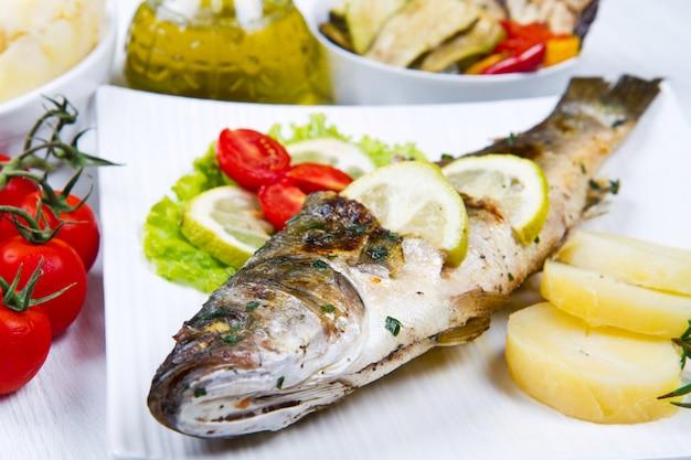 Fisch, mit zitrone gegrillter wolfsbarsch
