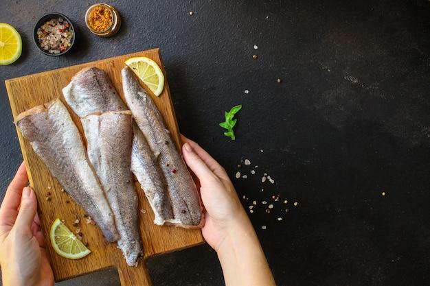 Fisch rohen seehecht (reihe von zutaten zum kochen)