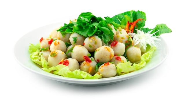 Fischbällchen spicy salad thai food style dekorieren geschnitztes gemüse seitenansicht