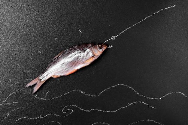 Fischbock auf einer schwarzen oberfläche