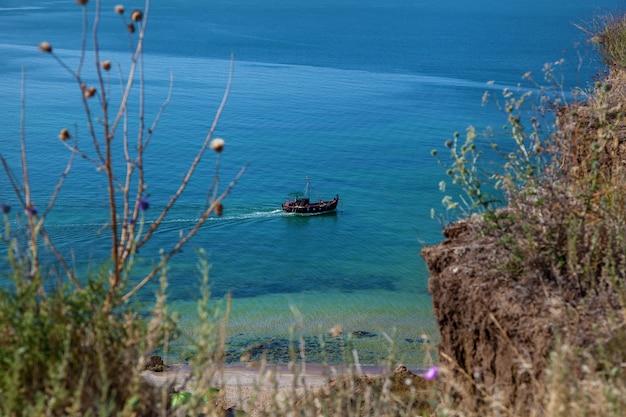 Fischboot fährt entlang der schwarzmeerküste