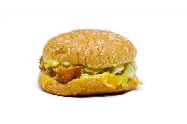 Fischburger mit käseisolat auf weiß.