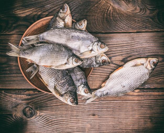 Fische rammen in schuppen