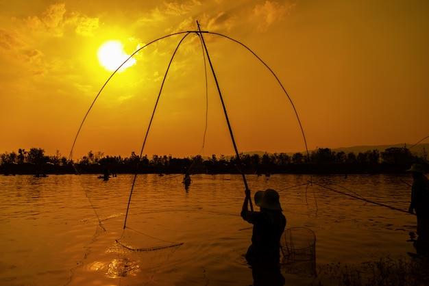 Fischenlebensstilnetz während des sonnenuntergangs