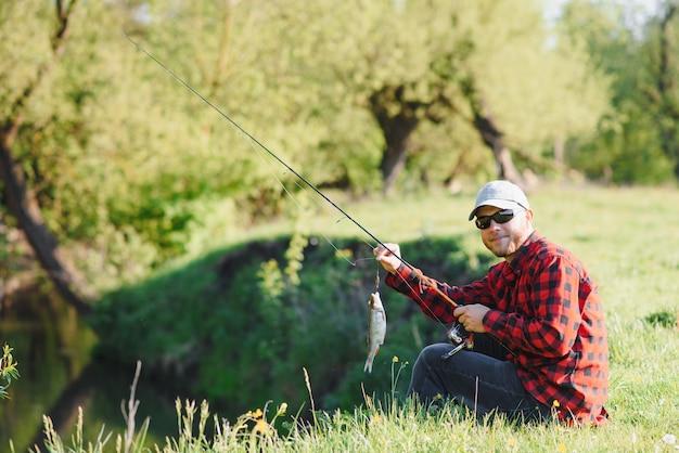 Fischer am fluss mit einem fischfang
