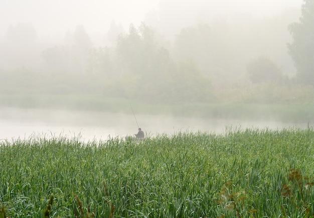 Fischer am see im nebel