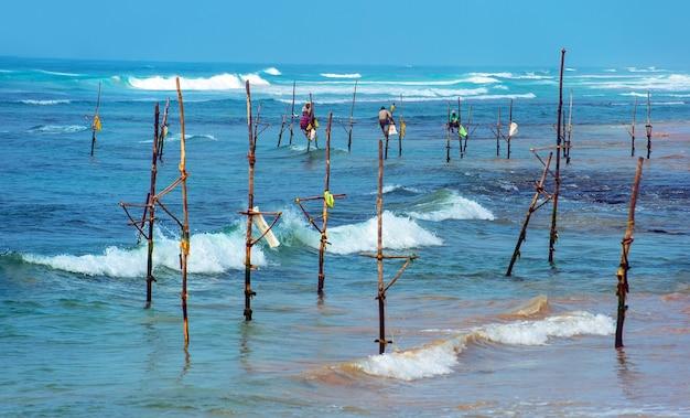 Fischer an der ozeanküste von sri lanka