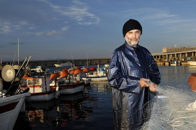 Fischer arbeitet im fischereihafen