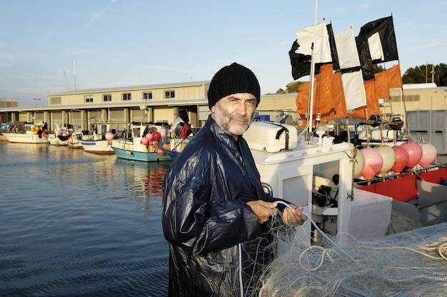 Fischer, der im fischereihafen arbeitet