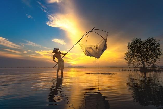 Fischer fischen früh im see.