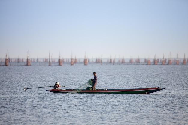 Fischer fischen im see.