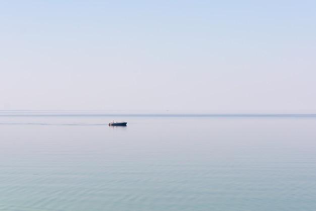 Fischer in einem boot auf dem see.