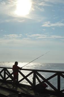 Fischer mit schönem sonnenuntergang