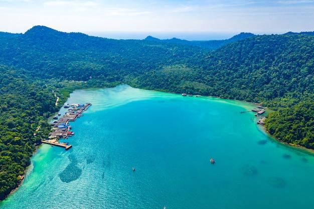 Fischer-tal zwischen meer und wald und berg bei koh kood östlich von thailand.