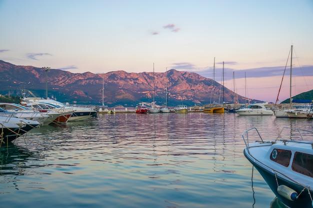 Fischer und segler machten ihre schiffe über nacht in einem dock fest.