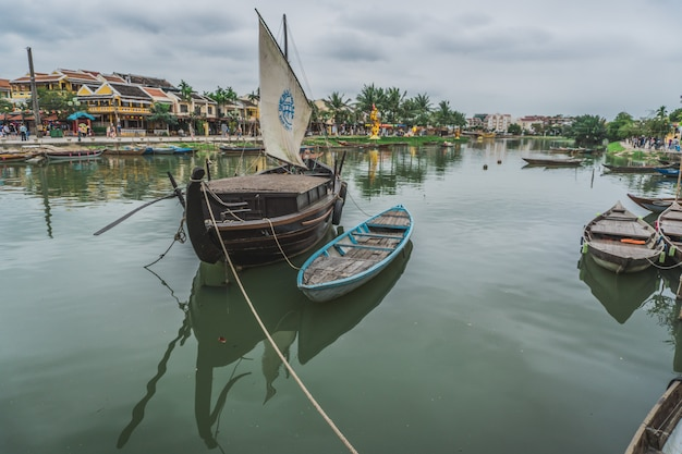 Fischerboot am anker vor dem armen dorf in nha trang