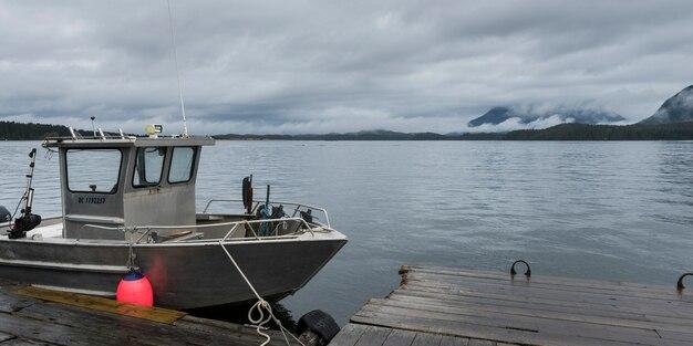 Fischerboot am dock, pacific rim nationalpark reserve, tofino, vancouver island, britisch-kolumbien,