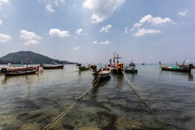 Fischerboot am strand mit blauem himmel in thailand
