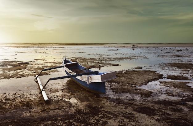 Fischerboot am strand von walakiri