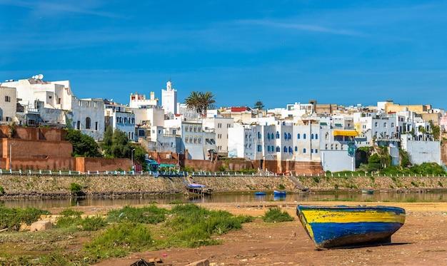 Fischerboot am ufer des flusses oum er-rbia in azemmour, marokko