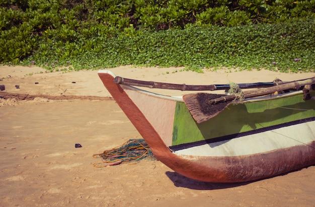 Fischerboot an einem tropischen strand