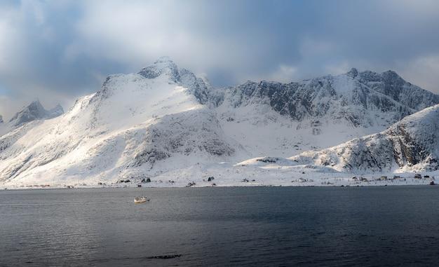 Fischerboot auf dem skandinavischen meer