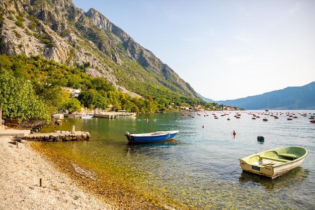 Fischerboot auf einer austernfarm in der bucht von kotor montenegro