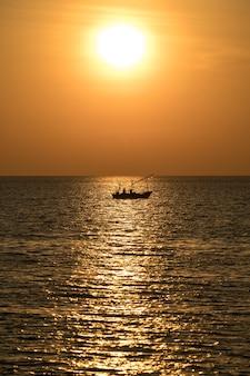 Fischerboot bei schönem sonnenaufgang