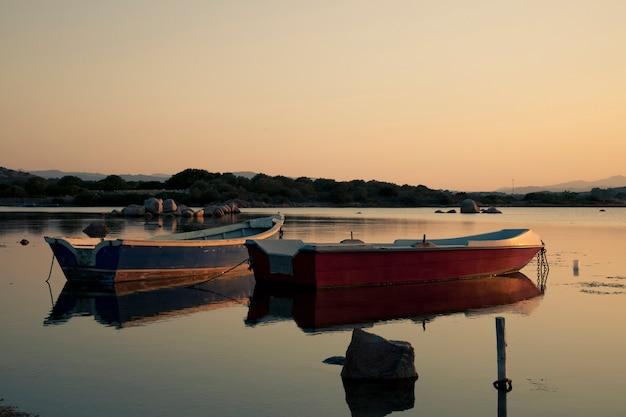 Fischerboot im see bei dem sonnenuntergang