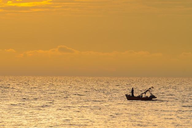 Fischerboot im sonnenuntergang.